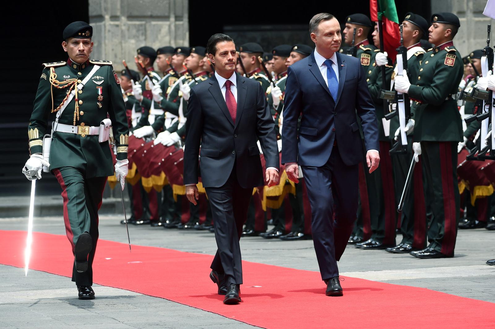 Ceremonia powitania prezydenta Andrzeja Dudy z prezydentem Meksyku Enrique Pena Nieto na dziedzińcu Pałacu Narodowego w stolicy Meksyku.