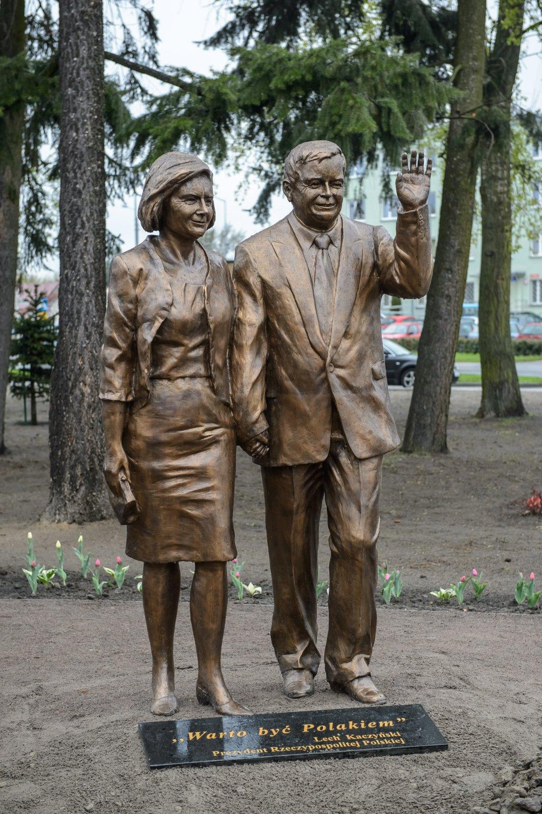 Pomnik Lecha i Marii Kaczyńskich na skwerze przy Placu Wojska Polskiego w Białej Podlaskiej. Fot. PAP/Wojciech Pacewicz