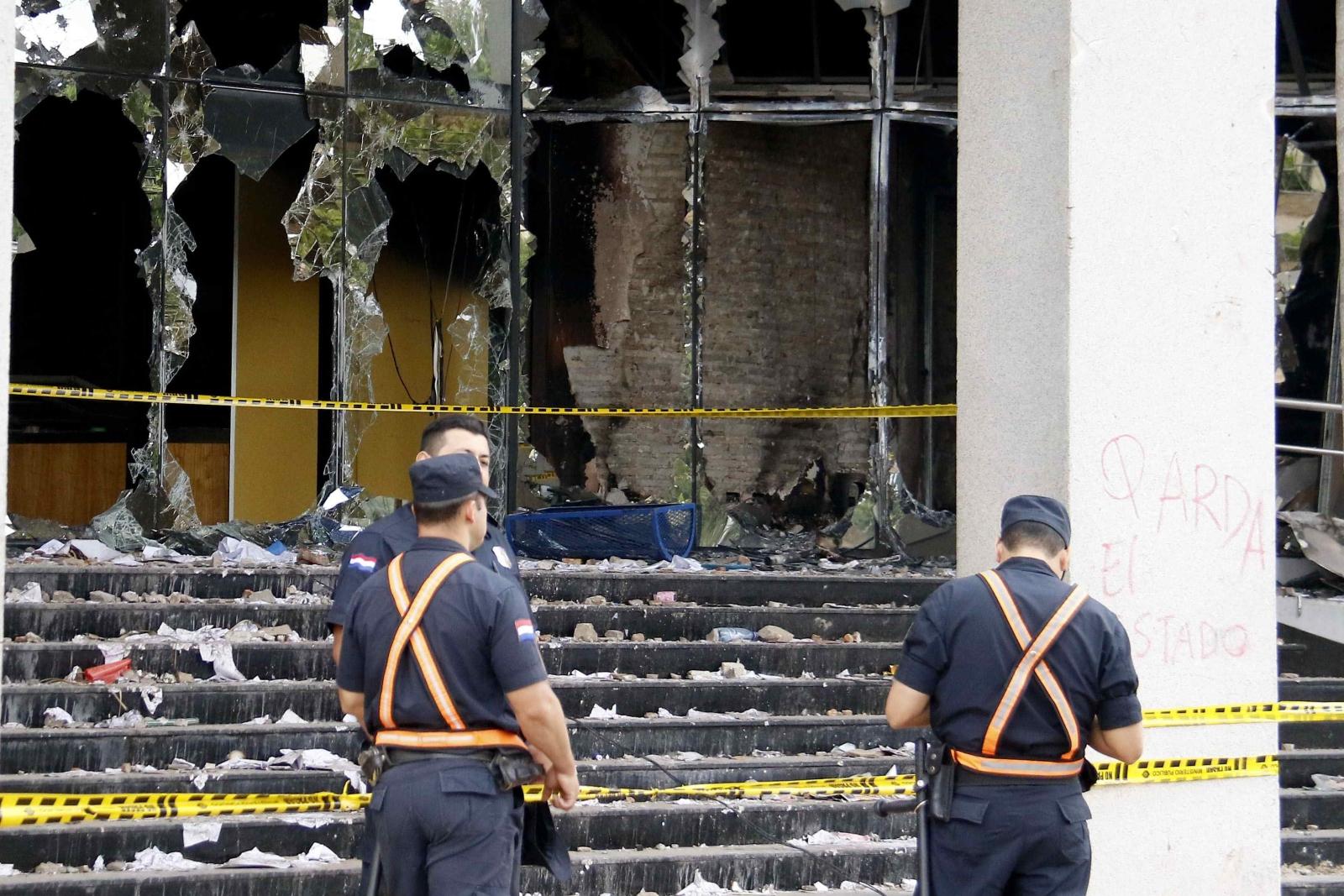 Policja przed budynkiem podpalonego Kongresu, Paragwaj.