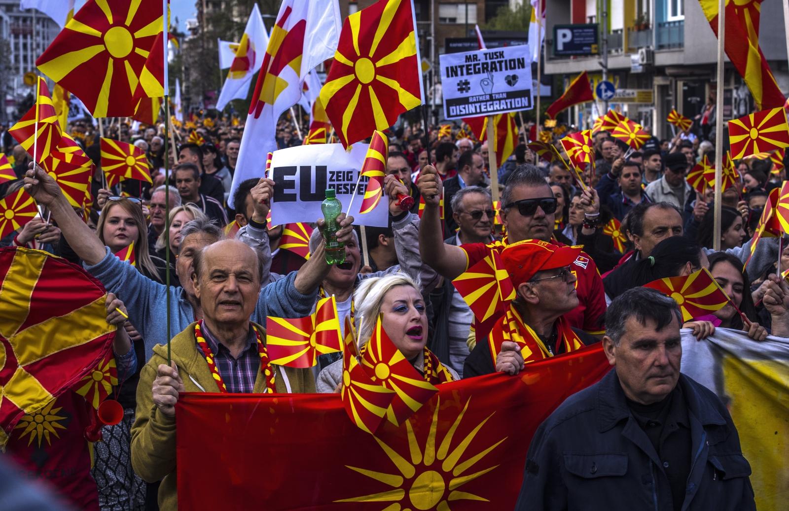 Członkowie Obywatelskiego Ruchu dla Zjednoczonej Macedonii w czasie protestu przeciwko prawdopodobnej koalicji rządowej, Skopje, Macedonia.