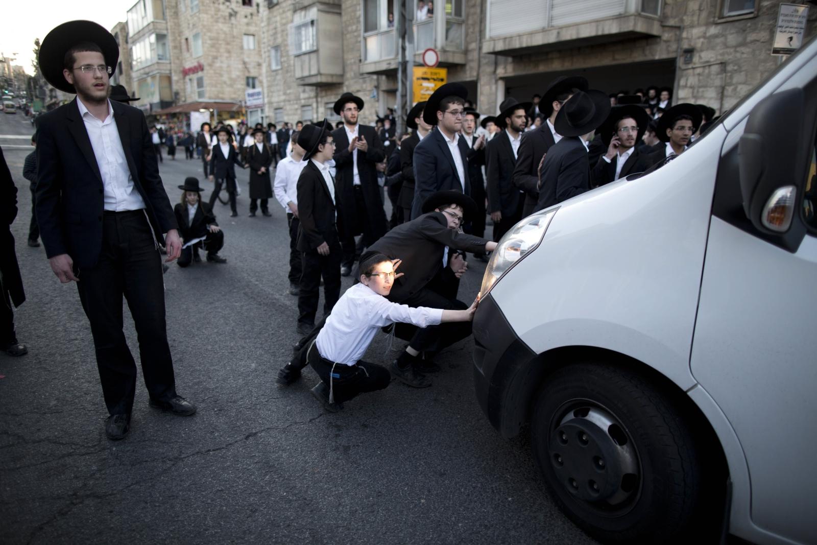 Ultra-ortodoksyjni Żydzi w czasie protestu przeciwko przymusowemu poborowi do armii, Jerozolima, Izrael.