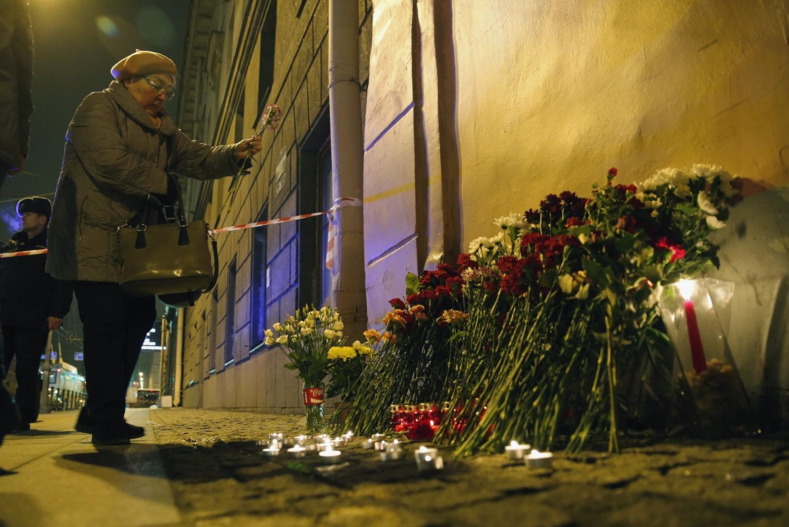 Ludzie palą świeczki w pobliżu stacji metra, gdzie doszło dziś do zamachu, Petersburg, Rosja.