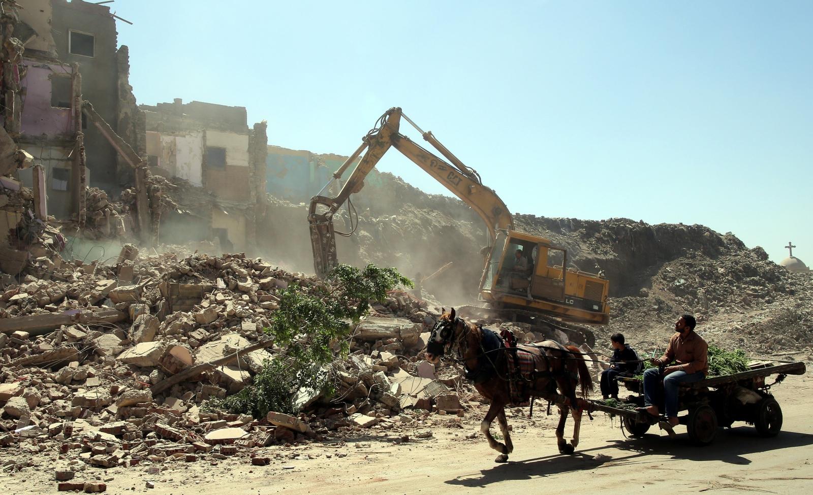 Niszczenie nielegalnych slumsów Tal al-Akareb w pobliżu Kairu, Egipt.
