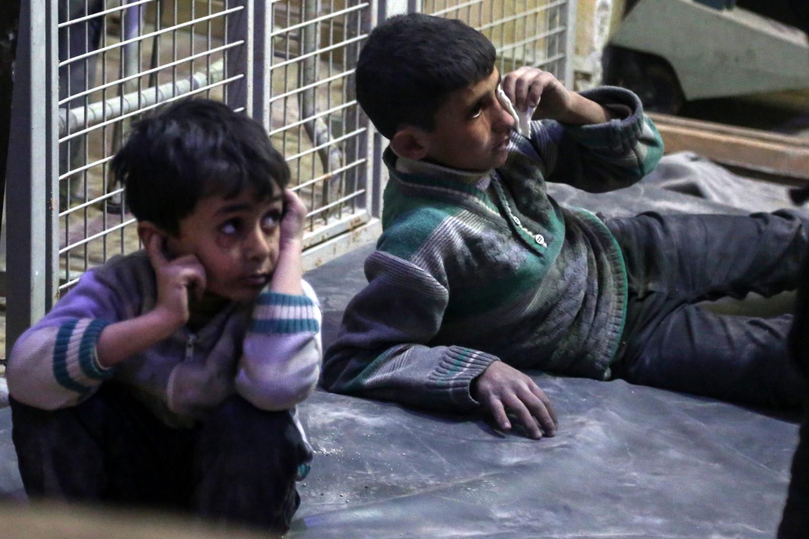 Dzieci poszkodowane w wyniku nalotów sił rządowych na okupowane przez rebeliantów miasto Duma, Syria.