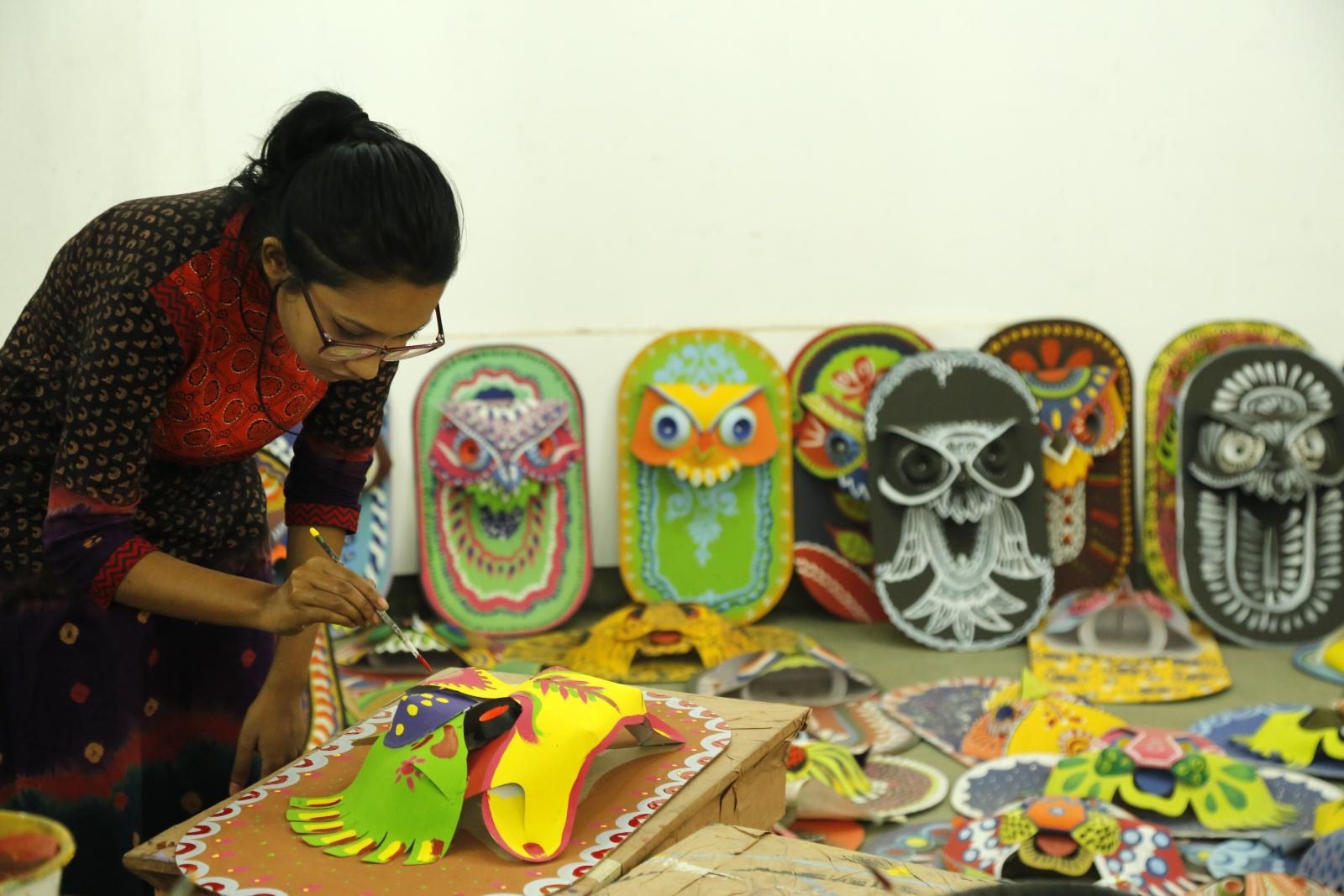 Przygotowania do festiwalu Mangal Shobhajatra obchodzonego 14 kwietnia, w pierwszy dzień pierwszego miesiąca roku kalendarzowego Bangla w Bangladeszu. Należy on do dziedzictwa niematerialnego UNESCO. Fot. PAP/EPA/ABIR ABDULLAH