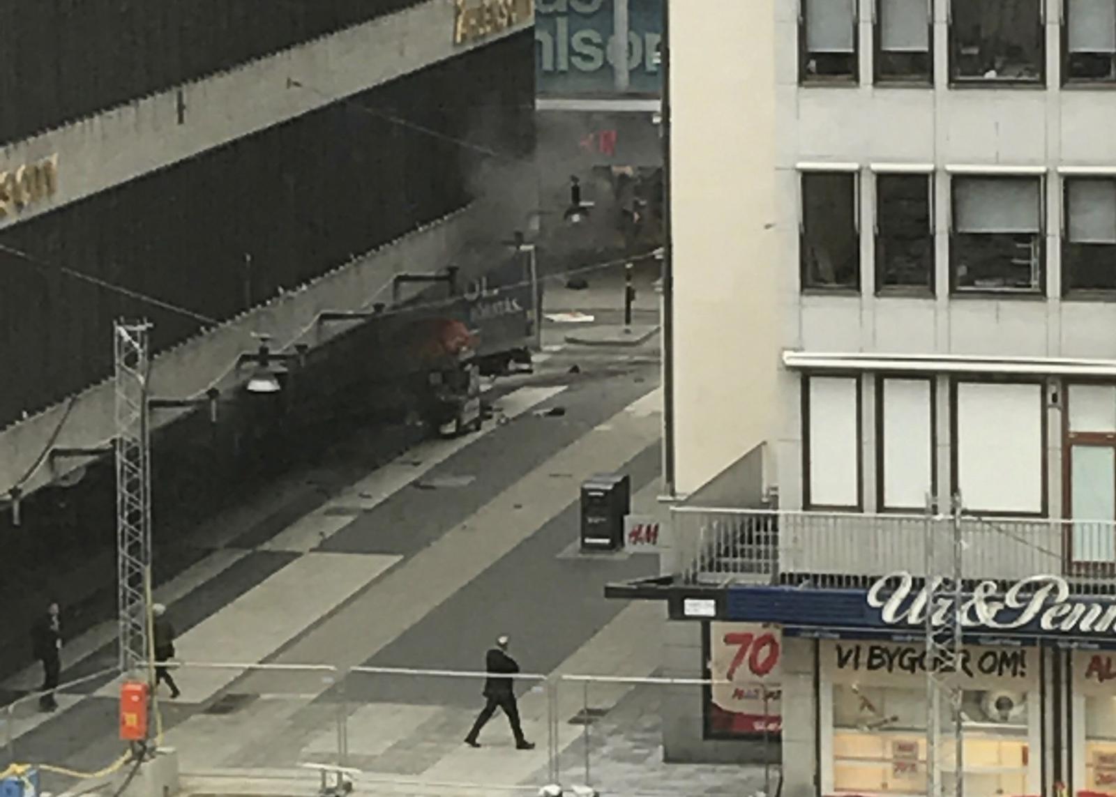 Ciężarówka wjechała w dom towarowy w Sztokholmie. Fot. PAP/EPA/ANDREAS SCHYMAN  SWEDEN OUT