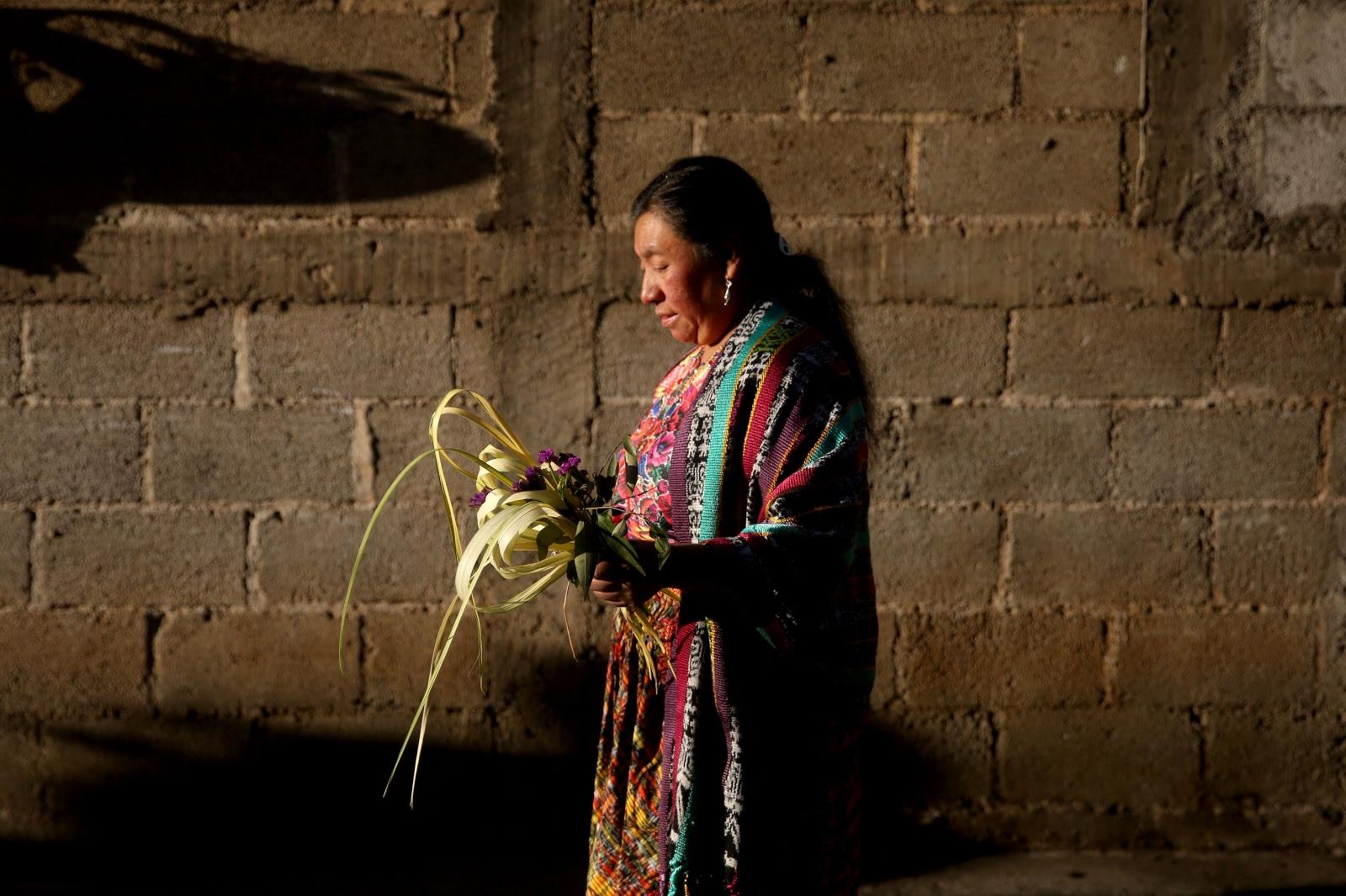 Kobieta bierze udział w obchodach Niedzieli Palmowej w San Pedro Sacatepequez, Honduras.