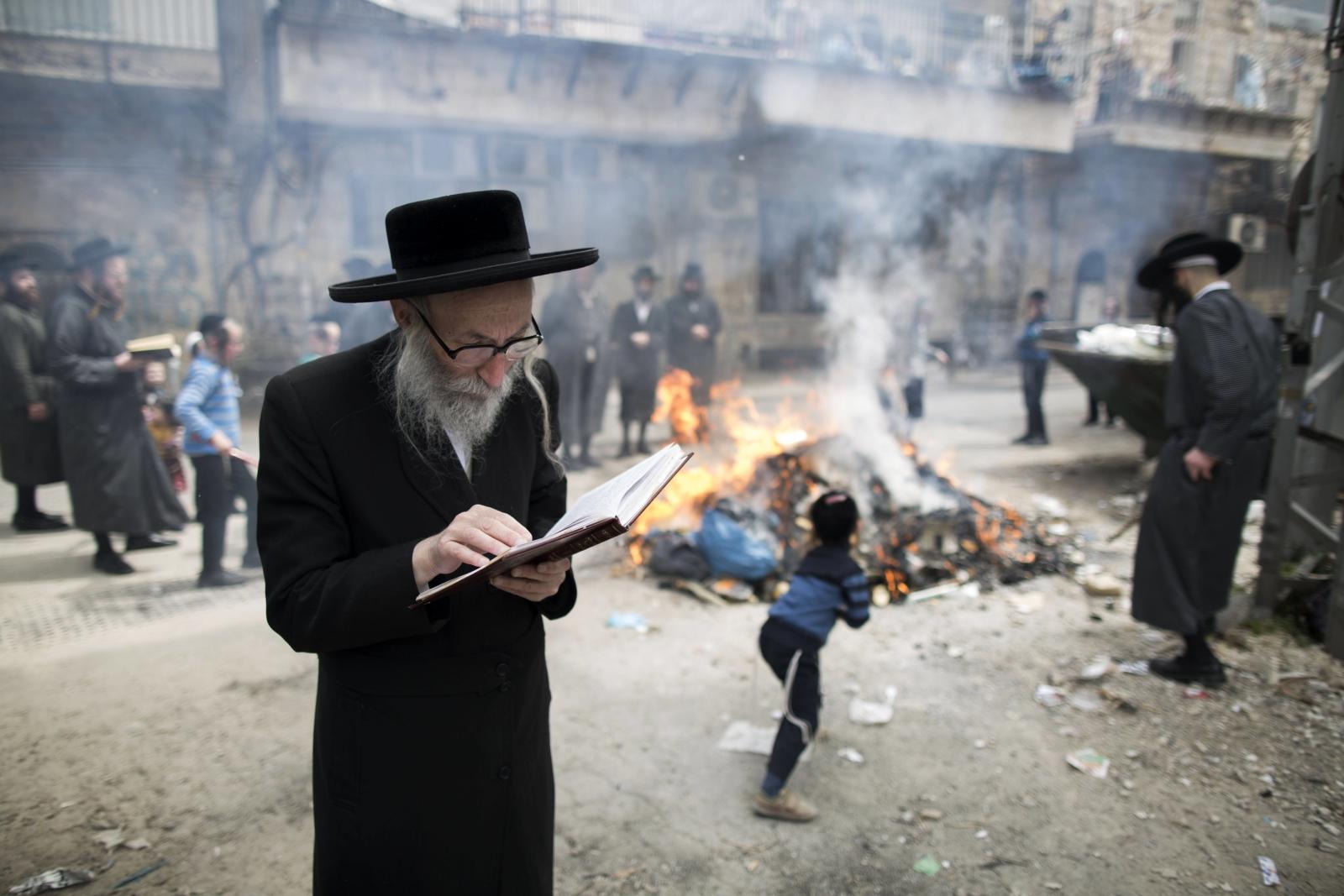 Ultra-ortodoksyjny Żyd modli się w czasie spalania chleba w Mea Shearim w Jerozolimie.