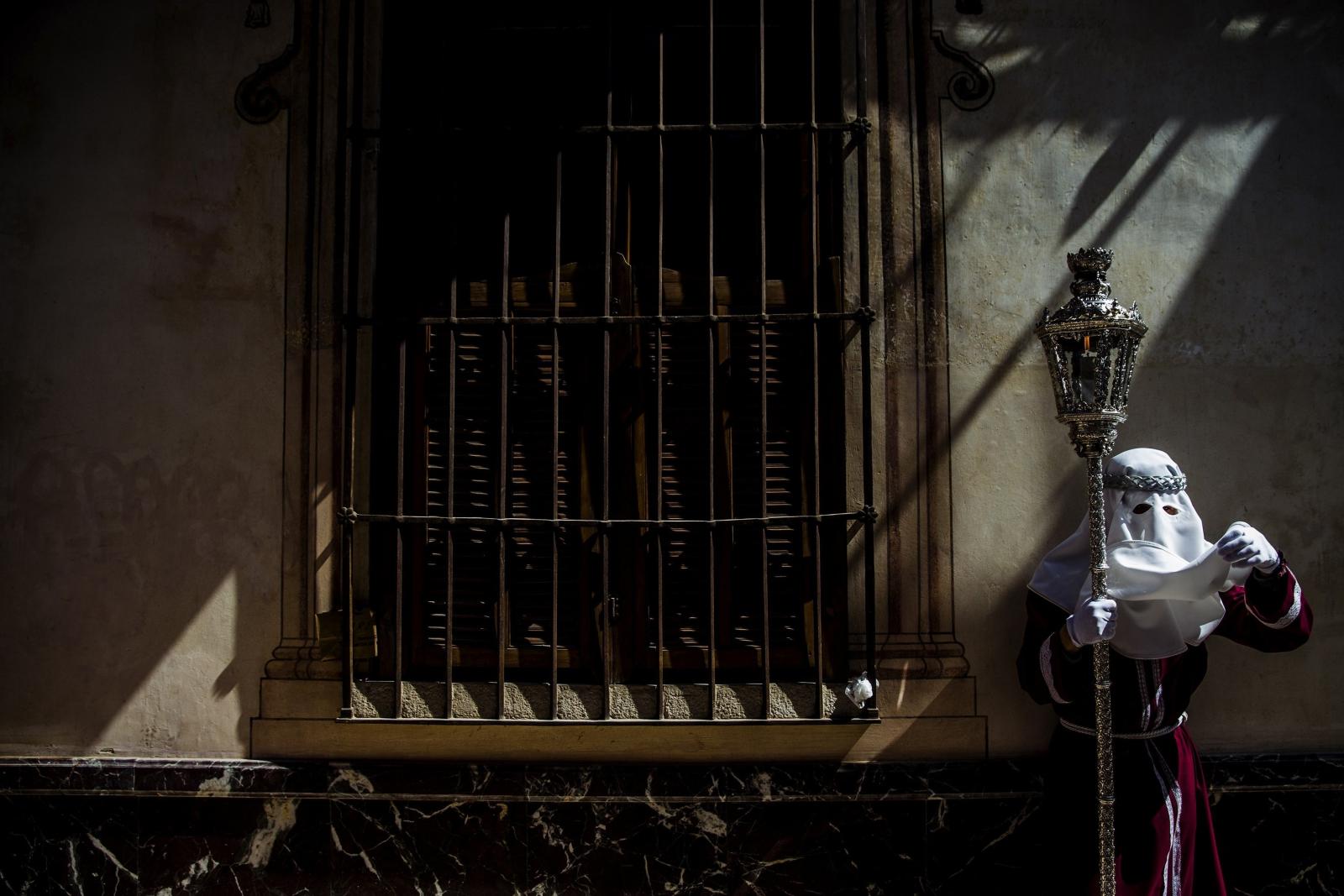 Członek Bractwa Chrystusa Cyganów w czasie wielkotygodniowych procesji w Hiszpanii