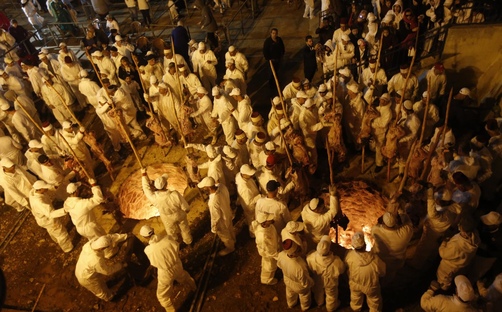 Członkowie starożytnej społeczności Samarytan w czasie rytuału Ofiary przed świętem Paschy.