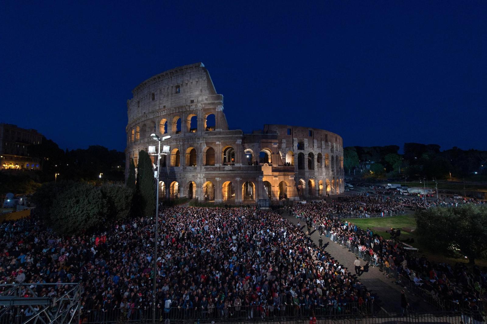 Rzym: Droga Krzyżowa, której przewodniczy papież Franciszek. fot. EPA/Giorgio Onorati