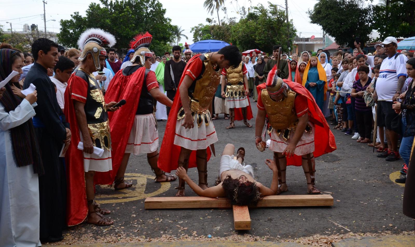 Droga Krzyżowa w Boca del Rio. fot. EPA/Luis Monroy