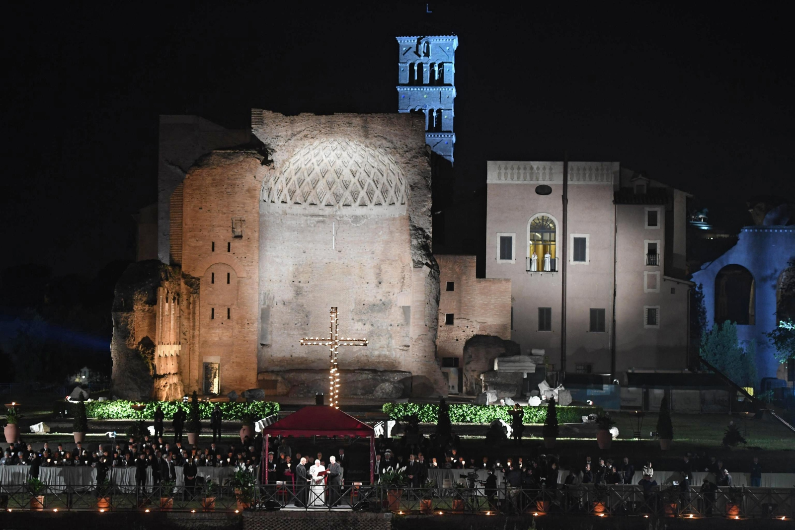 Rzym: Droga Krzyżowa, której przewodniczy papież Franciszek. fot.  EPA/CLAUDIO PERI