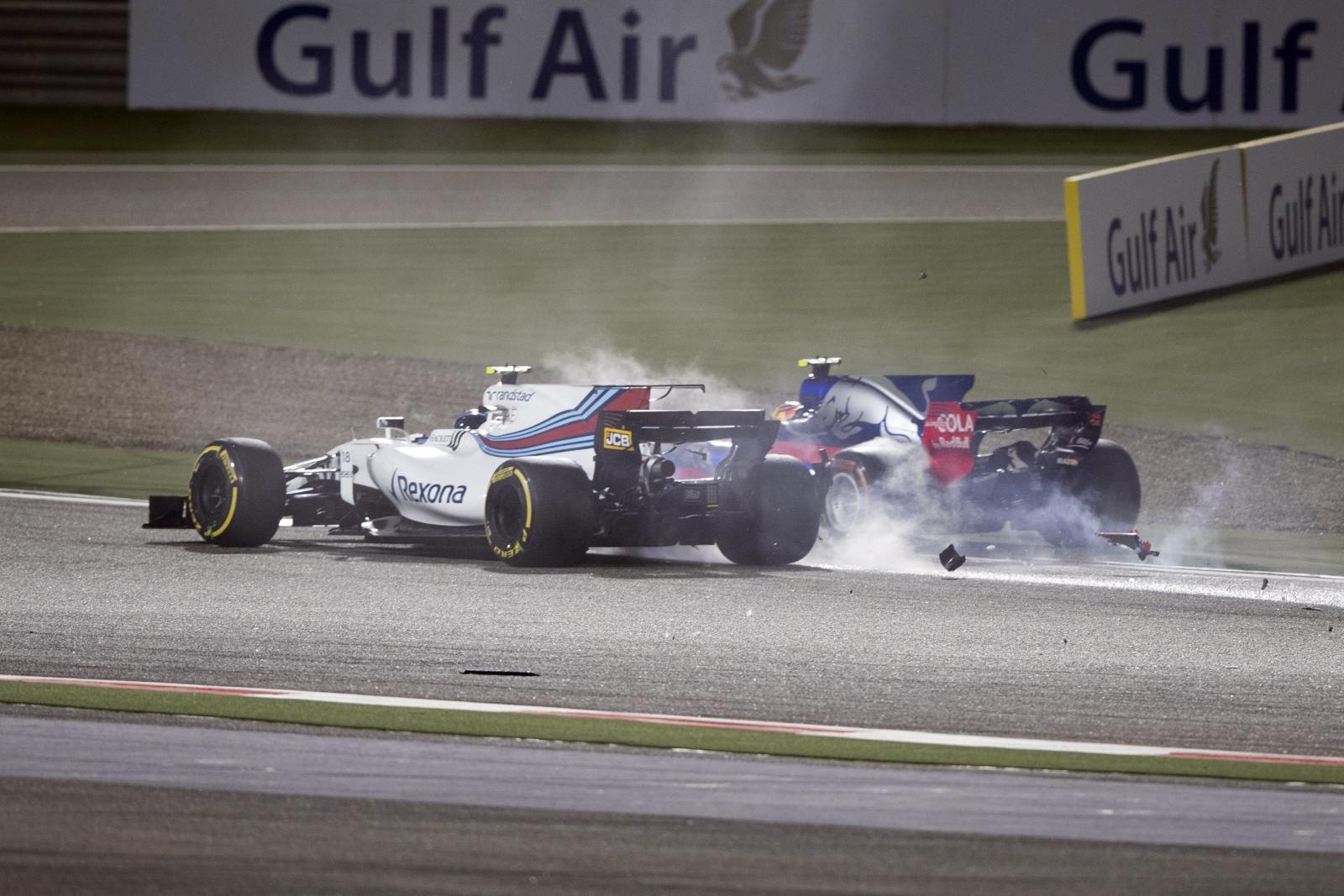 Kolizja w czasie wyścigu Formuły 1 w Manamie, Bahrain.