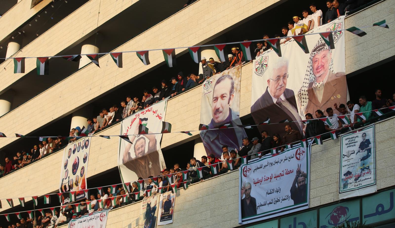 Palestyńczycy wywieszają portrety przetrzymywanych przez Izrael więźniów politycznych, Nablus, Zachodni Brzeg, Izrael.