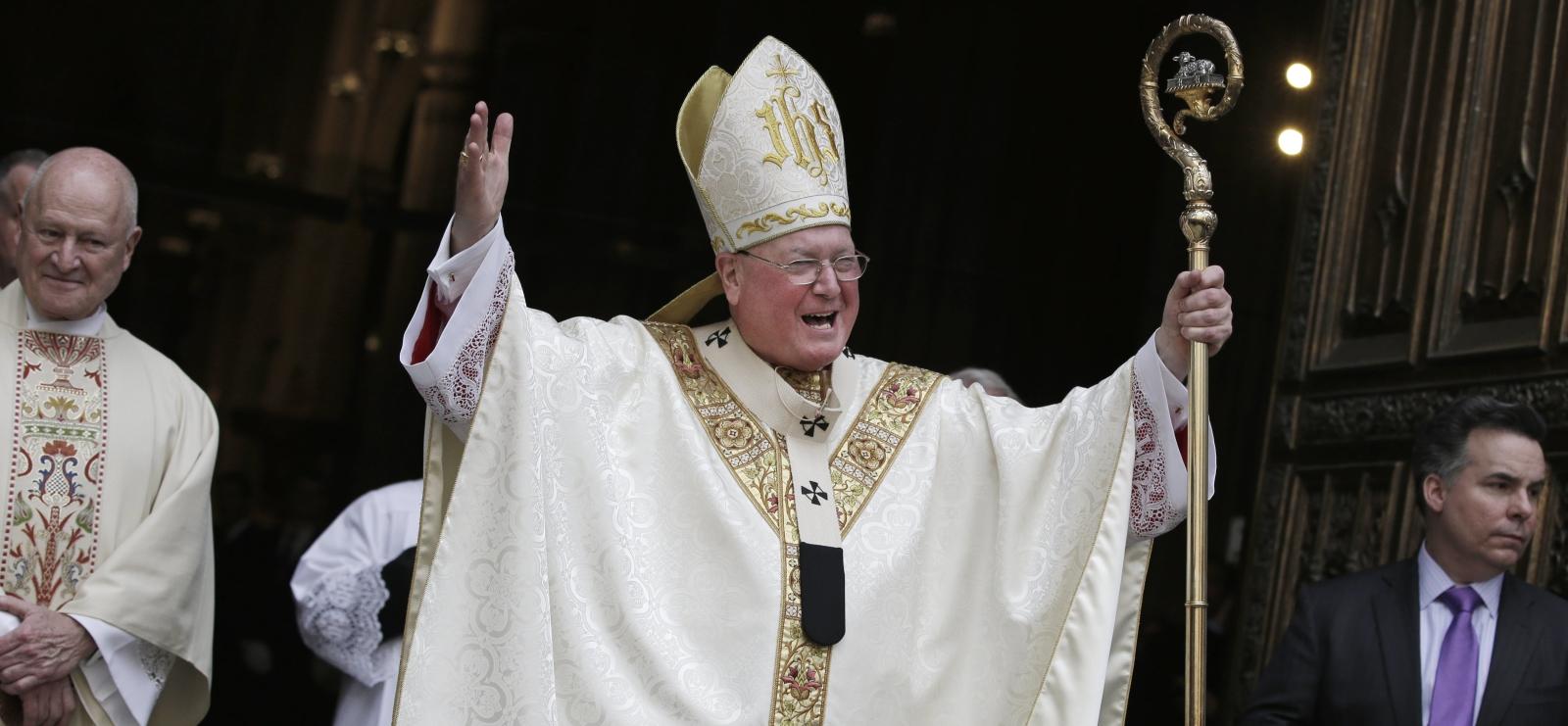 Kardynał Timothy Dolan wita tłum przy katedrze św. Patryka w Nowym Jorku.