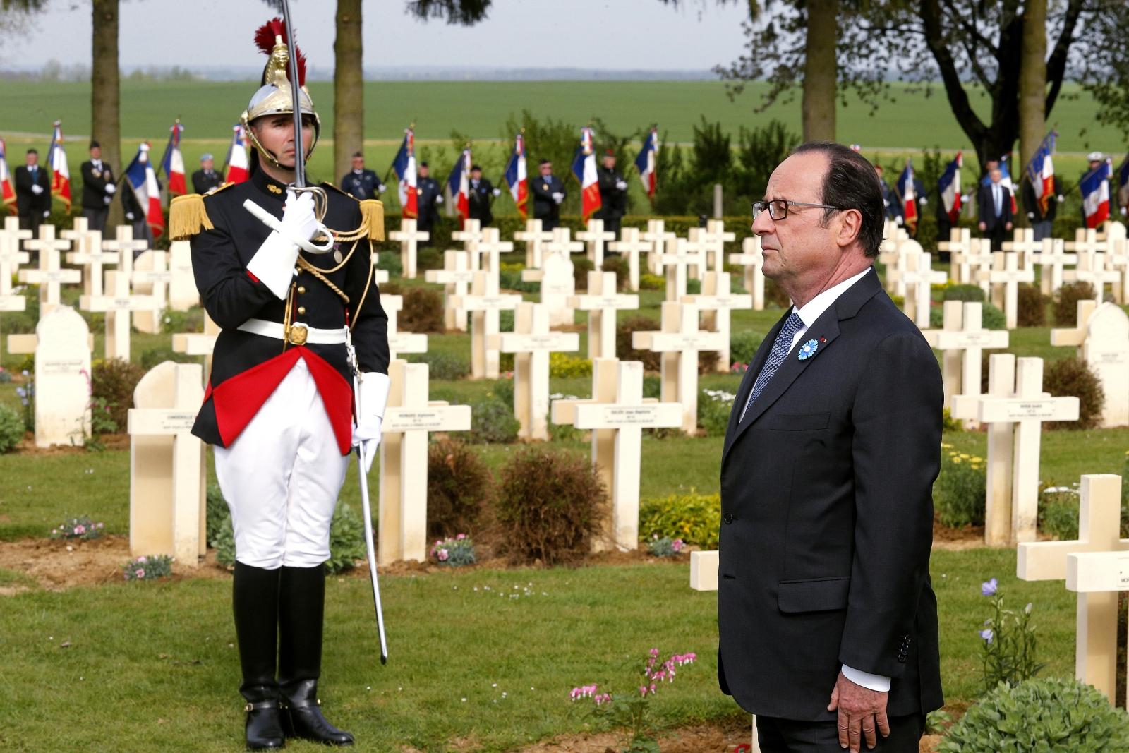 Francuski prezydent Francois Hollande uczestniczy w ceremonii upamiętnienia ofiar Bitwy pod Aisne w 100 rocznicę jej wybuchu. W Bitwie zginęło ponad 300 tys. ludzi.