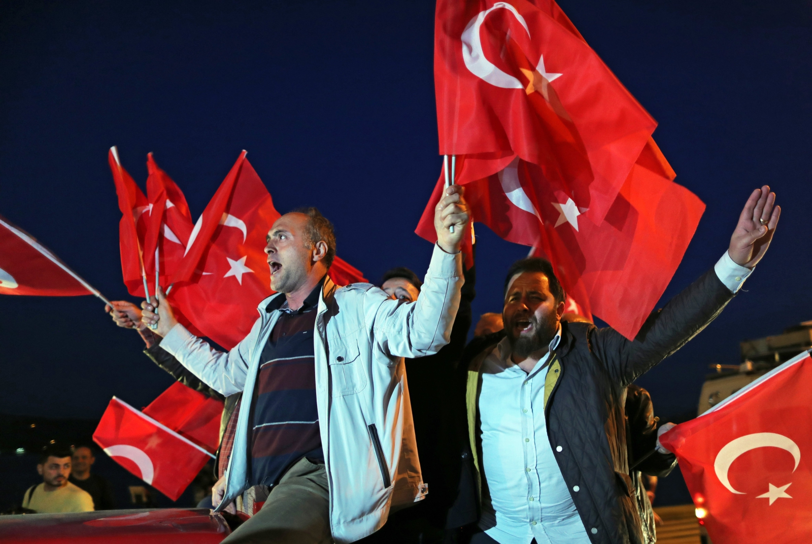 Zwolennicy prezydenta Recepa Erdogana czekają na wyniki referendum konstytucyjnego, Stambuł, Turcja.