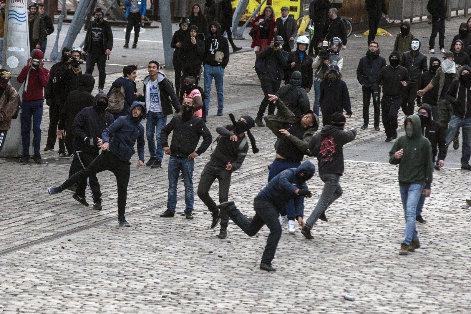 Policja ochrania wiec liderki francuskiego Frontu Narodowego  Marine Le Pen.