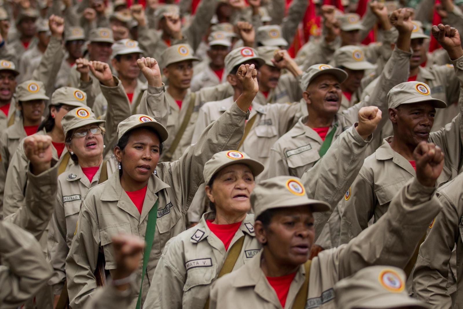 Członkowie Wenezuelskiej Milicji świętują siódmą rocznicę powstania.