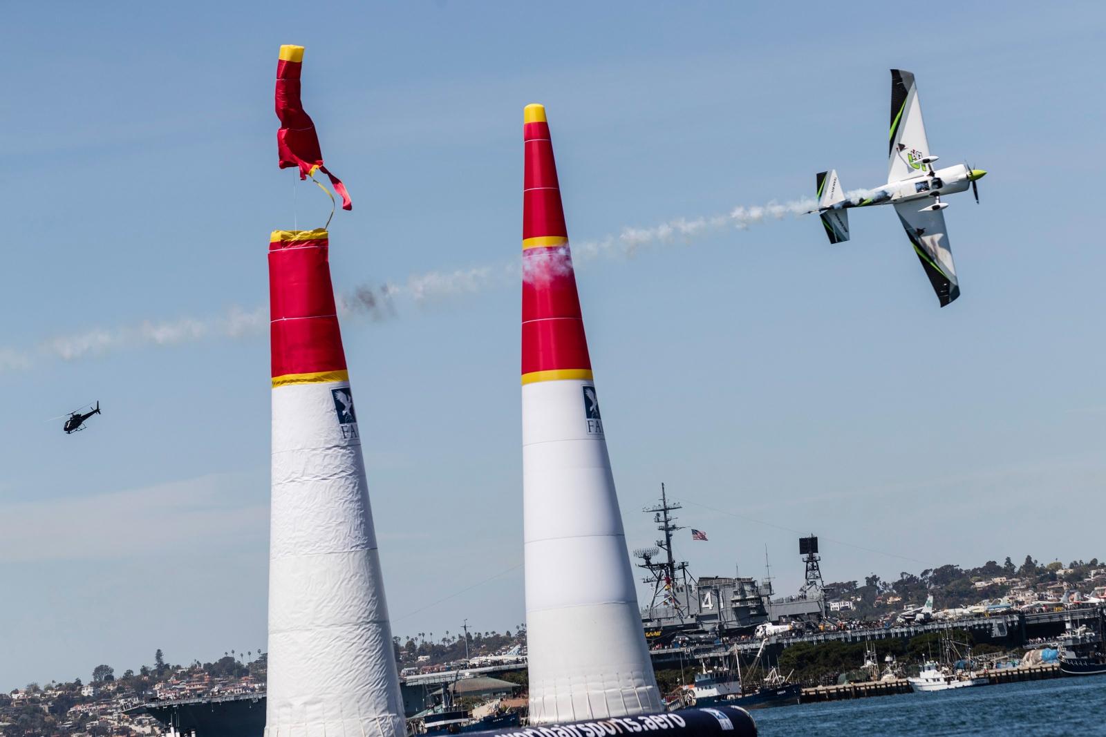 Chilijczyk Cristian Bolton  w czasie finałów Red Bull Air Race World Championship w San Diego, USA.