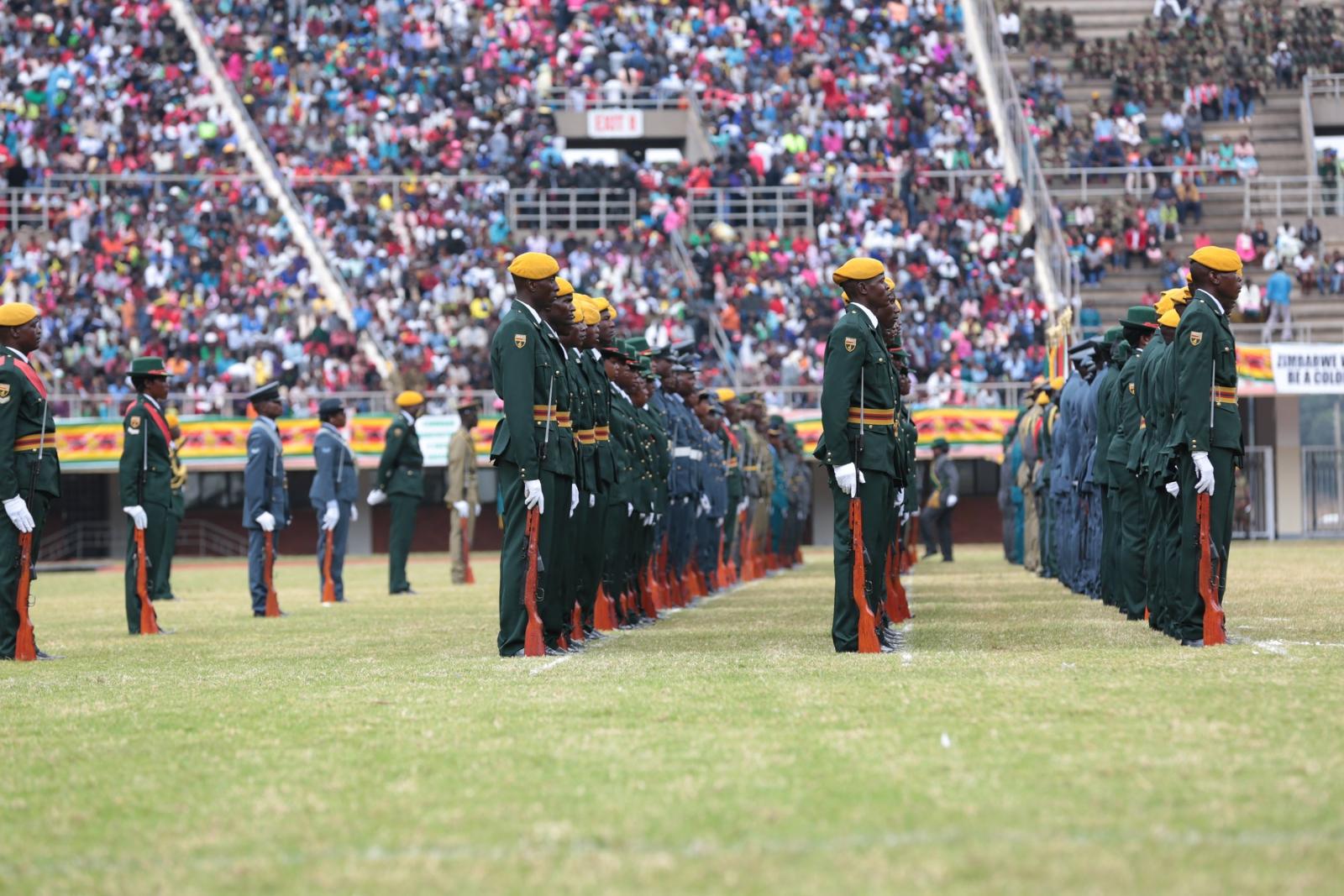 Członkowie armii w czasie święta niepodległości w Zimbabwe.