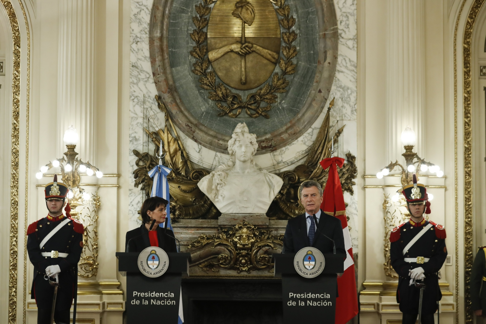 Prezydent Szwajcarii Doris Leuthard wraz z prezydentem Argentyny Mauricio Macri w czasie wizyty w Argentynie.