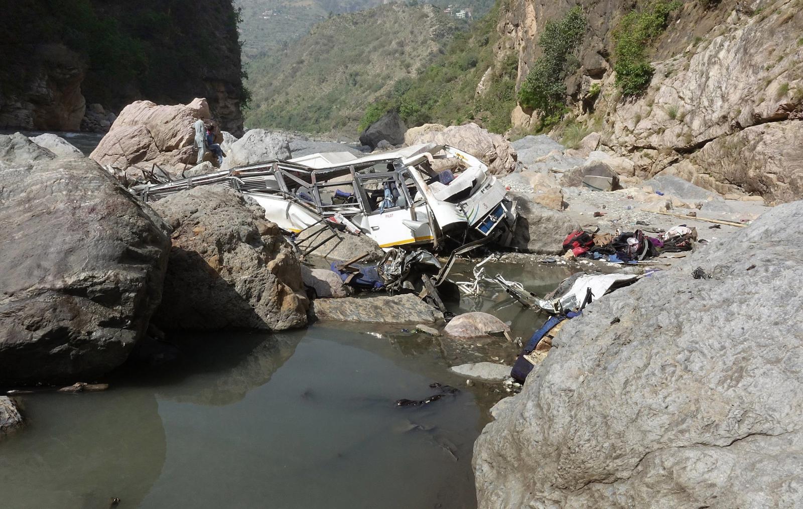 Wypadek busa w Indiach. 47 osób nie żyje. Fot. PAP/EPA/SANJAY BAID