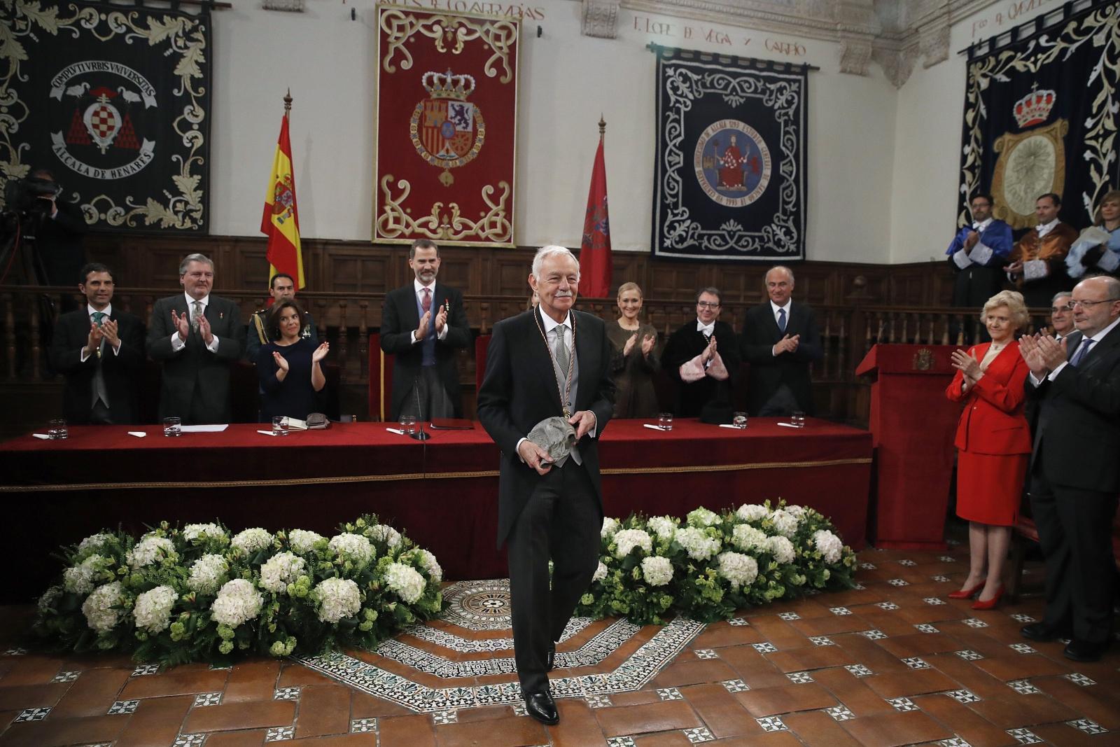 Hiszpański pisarz Eduardo Mendoza otrzymuje od króla Felipie II literacką nagrodę Miguel de Cervantes 2016. Fot. PAP/EPA/Juan Carlos Hidalgo