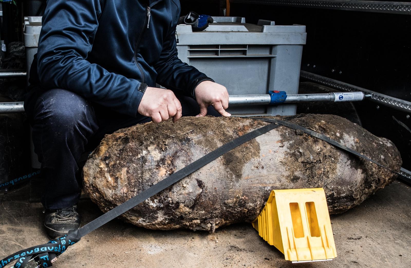 Znaleziona w Niemczech bomba z okresu II wojny światowej. Fot. PAP/EPA/FILIP SINGER