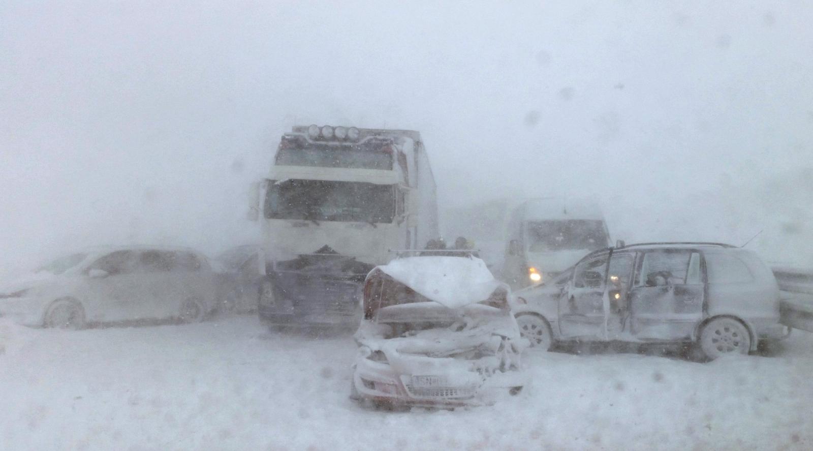 Karambol na Słowacji. Około 40 samochodów zderzyło się z powodu złych warunków pogodowych. Fot. PAP/EPA/HAZZ HANDOUT