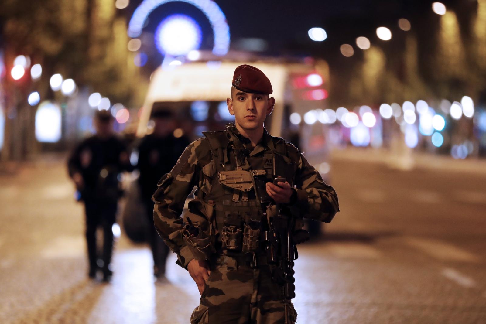 Strzelanina w Paryżu. Dwóch policjantów i zamachowiec nie żyją. Fot. PAP/EPA/ETIENNE LAURENT