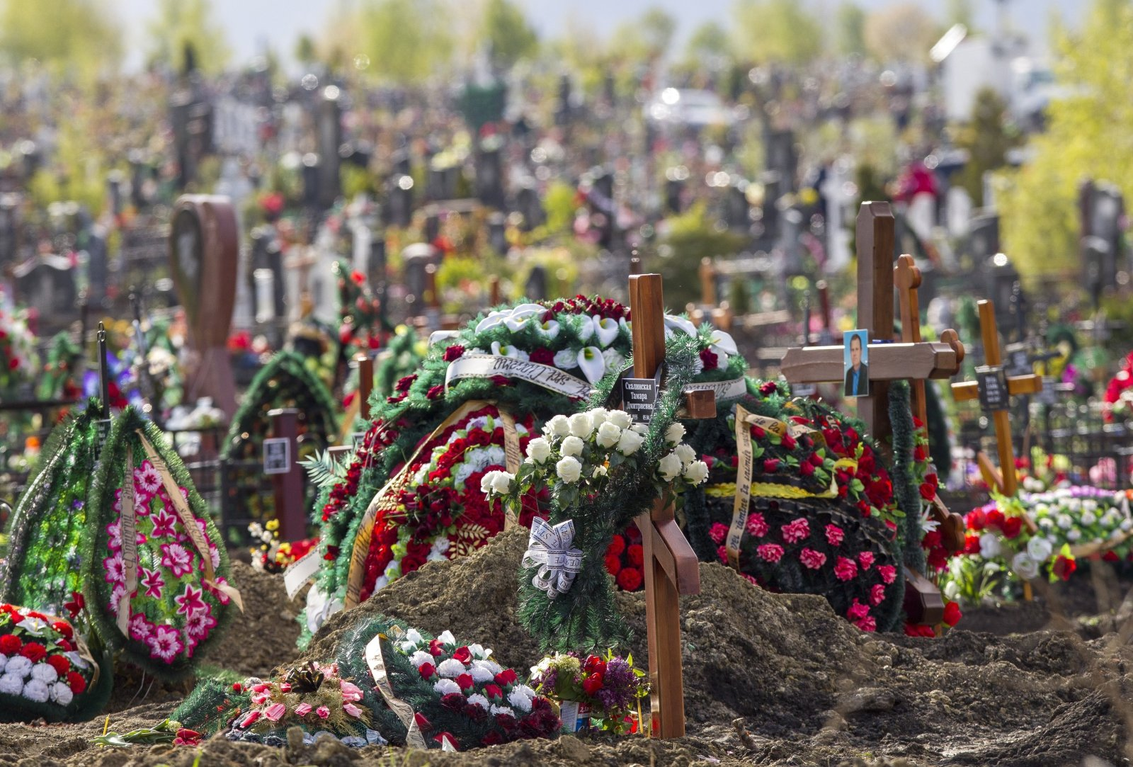 Widok na udekorowany z okazji Dnia Ojca cmentarz św. Łazarza w Kiszyniowie, Mołdawia
