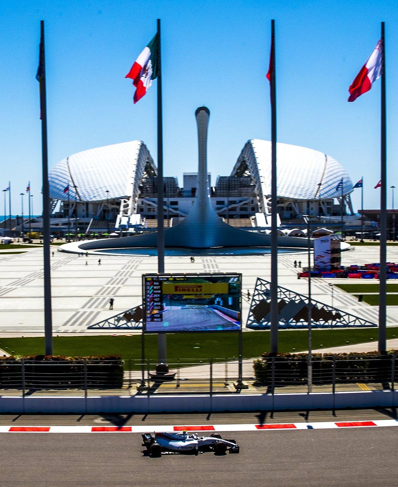Próbna sesja wyścigów Formuły 1 w Sochi, w Rosji. Fot. PAP/EPA/SRDJAN SUKI