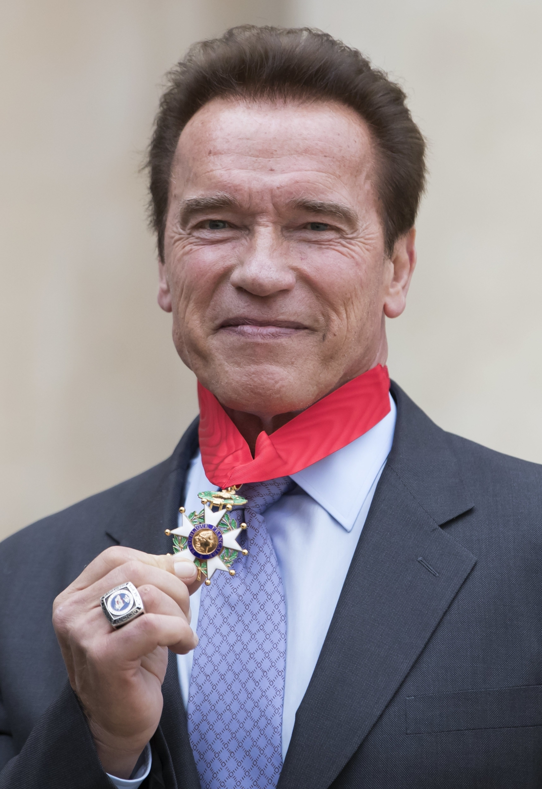 Arnold Schwarzenegger otrzymał medal Legionu Honorowego od francuskiego prezydenta Francois Hollande. Fot. PAP/ EPA/IAN LANGSDON