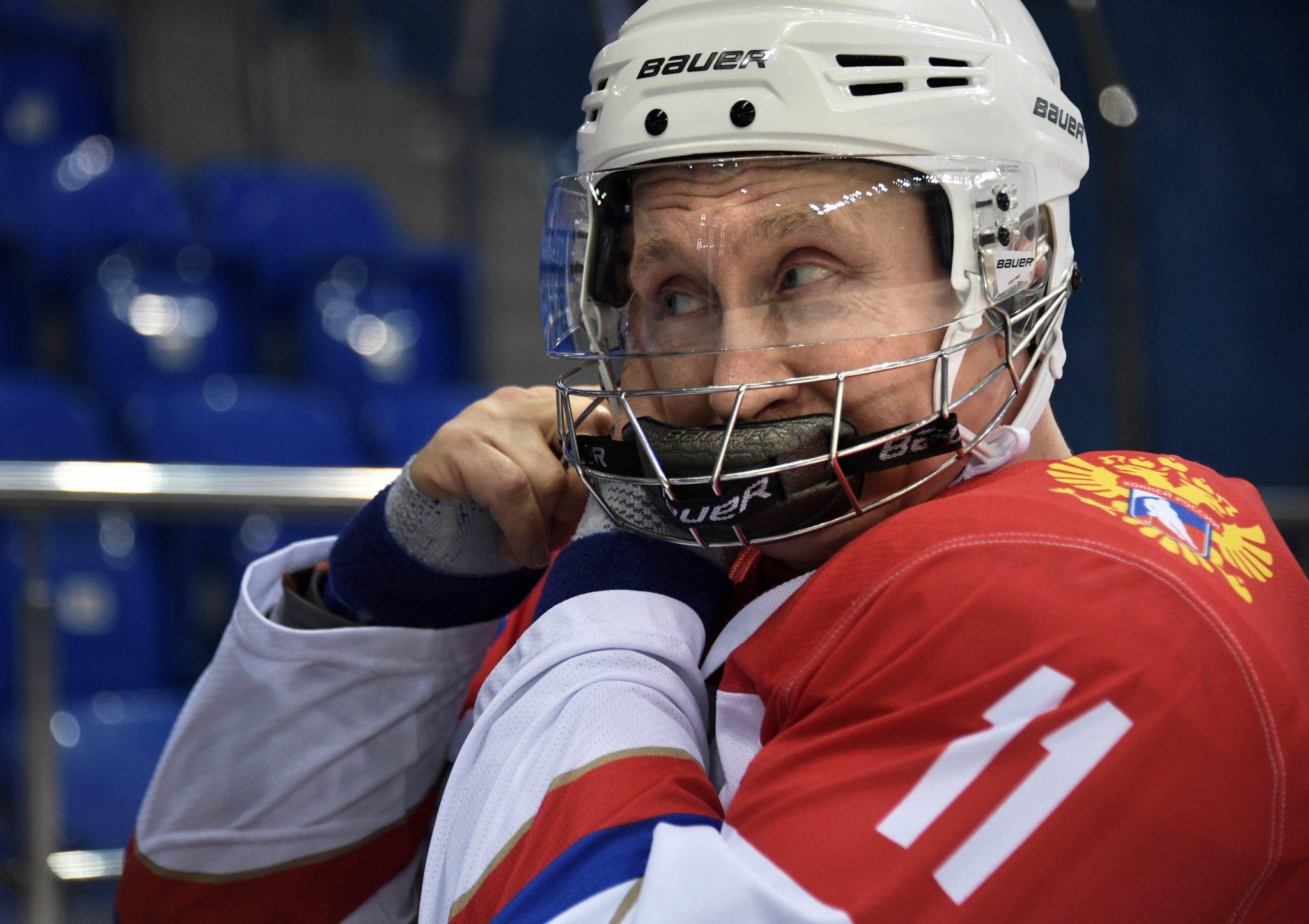 Rosja: prezydent Rosji Władimir Putin podczas hokejowego treningu w Sochi (foto. PAP/EPA/ALEXEY NIKOLSKY)