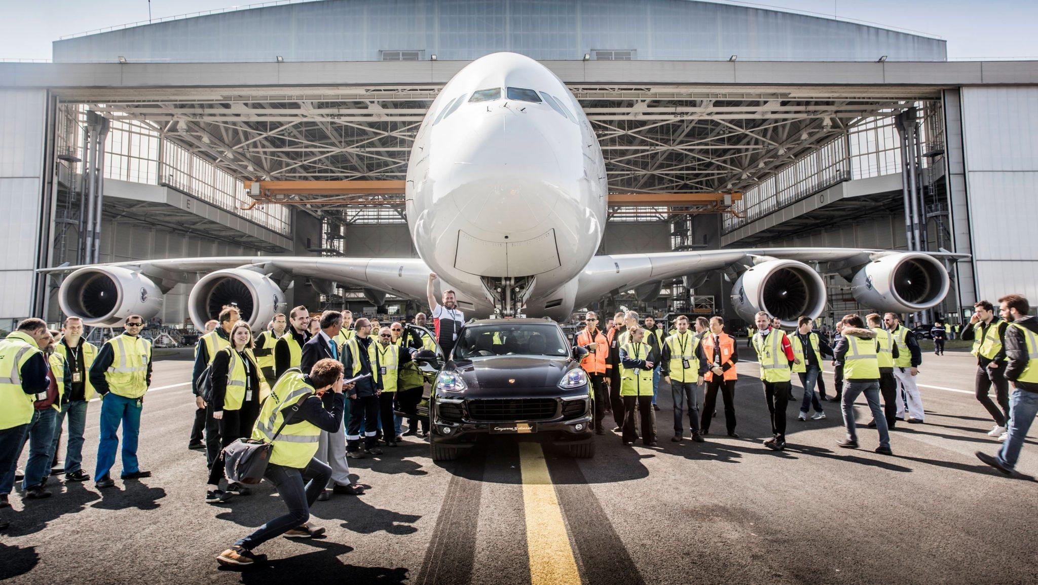Francja: na paryskim lotnisku został pobity rekord Guinnessa w holowaniu najcięższego samolotu przez auto ze zwyczajnej linii produkcyjnej (foto. PAP/EPA/PORSCHE)