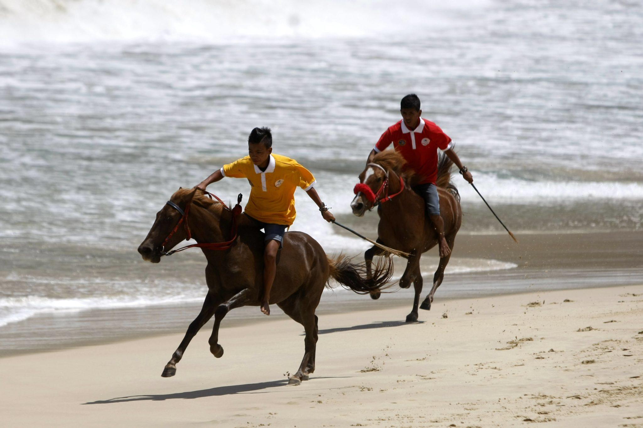 Indonezja: tradycyjne wyścigi konne na plaży w Aceh (foto. PAP/EPA/HOTLI SIMANJUNTAK)