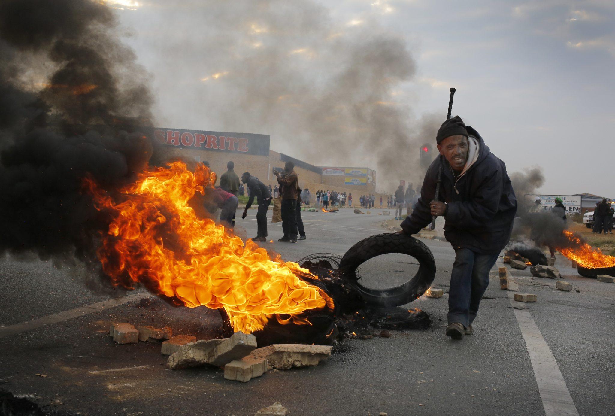 Republika Południowej Afryki: protest ludności cywilnej, przeciwko rządowi w Johannesburgu (foto. PAP/EPA/KIM LUDBROOK)