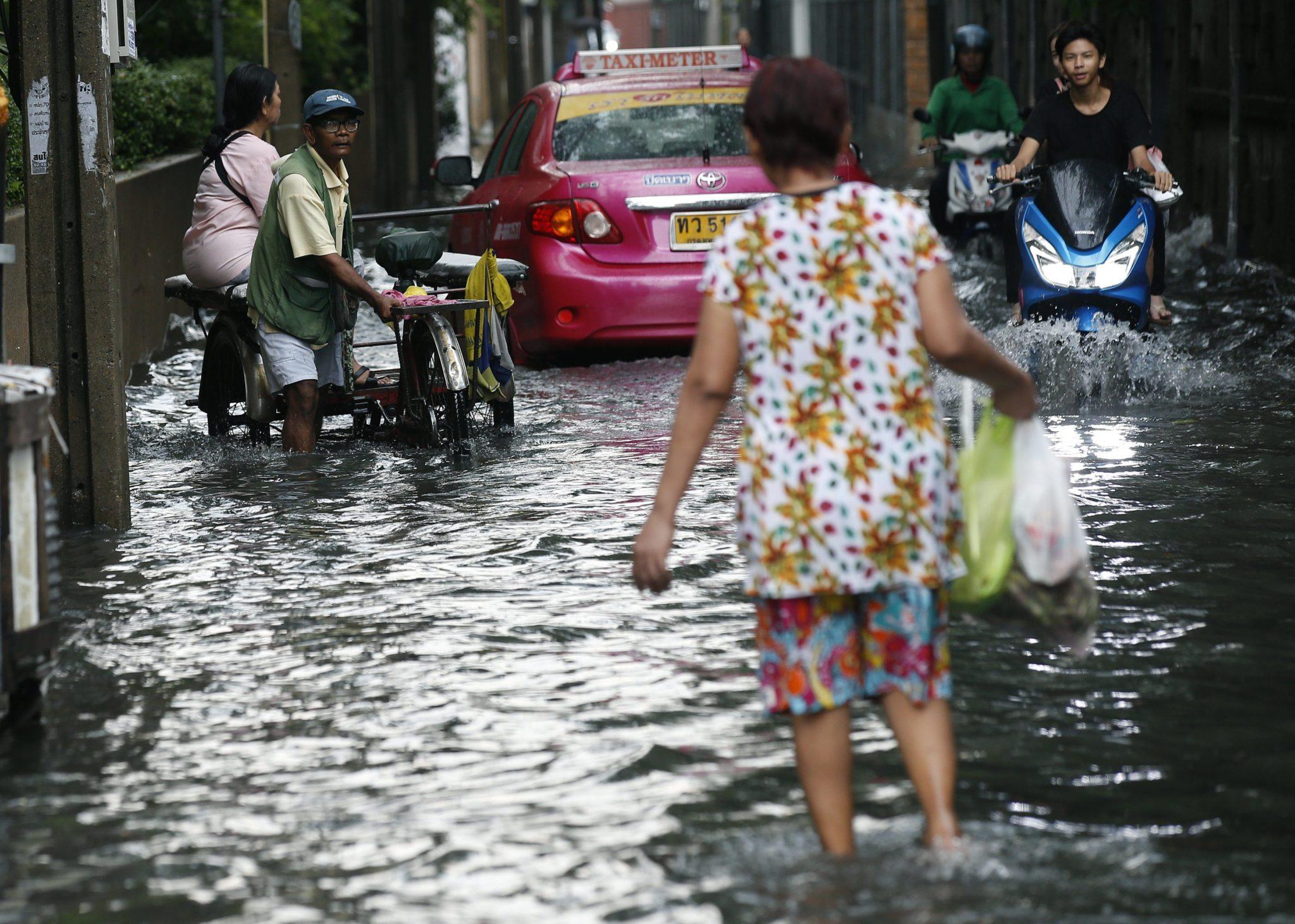 Tajlandia: obfite deszcze i powódź w Bangkoku (foto. PAP/EPA/NARONG SANGNAK)