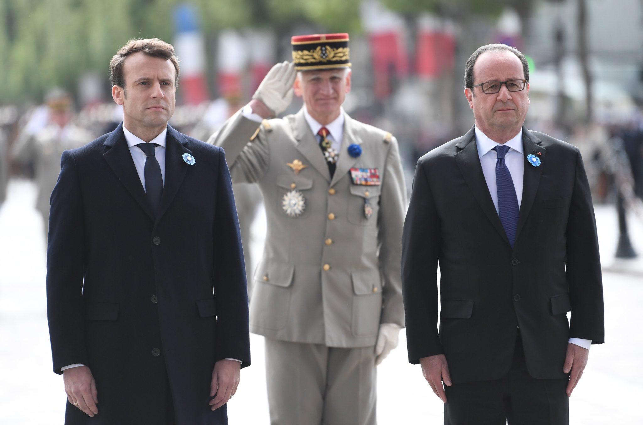 Francja: obchody Dnia Zwycięstwa w Paryżu. Po praz pierwszy w oficjalnych uroczystościach, oprócz urzędującego prezydenta, wziął udział prezydent elekt Emmanuel Macron (foto. PAP/EPA/STEPHANE DE SAKUTIN)