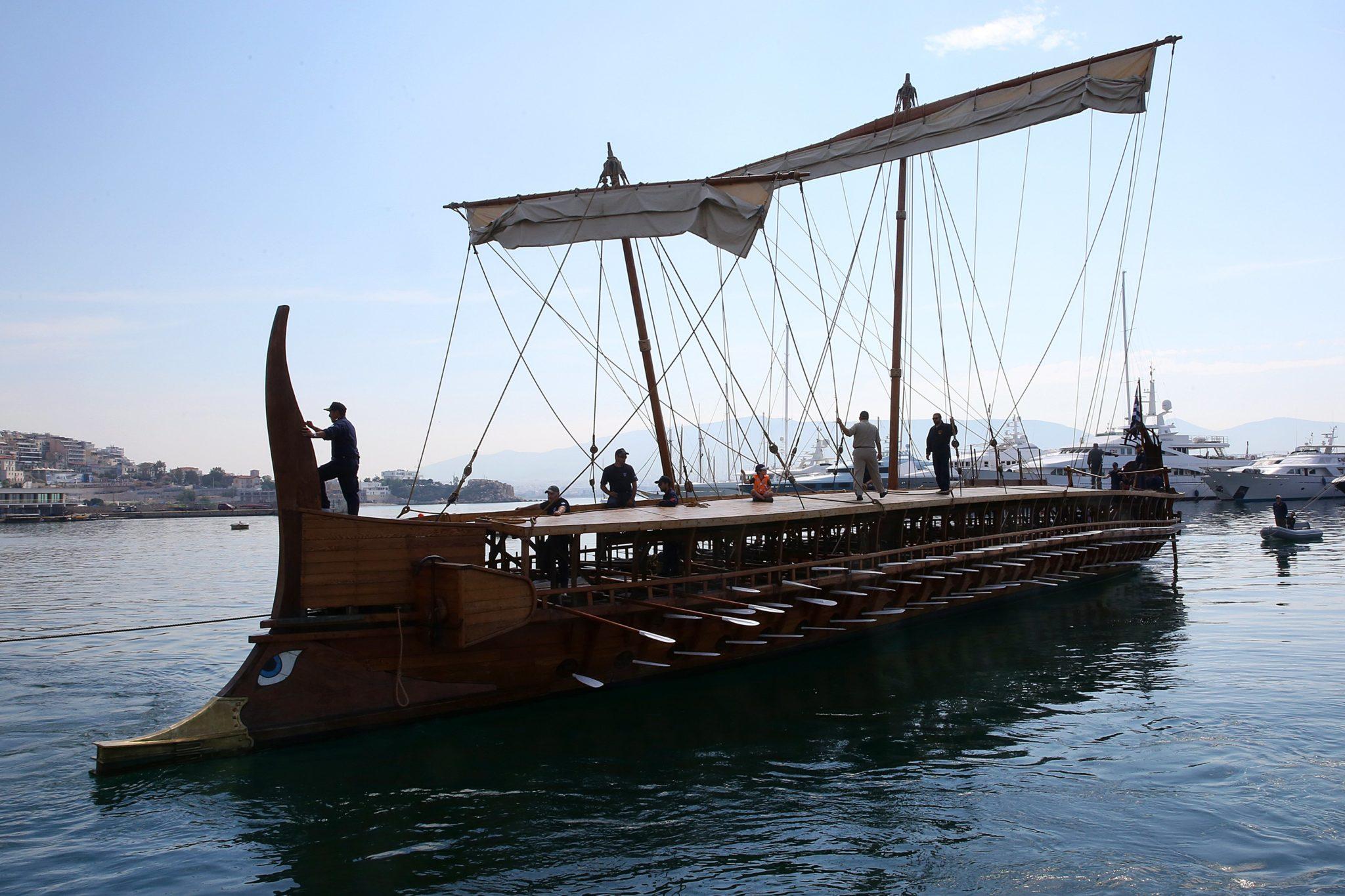 Grecja: festiwal zabytkowych okrętów wodnych w Pireusie (foto. PAP/EPA/ORESTIS PANAGIOTOU)