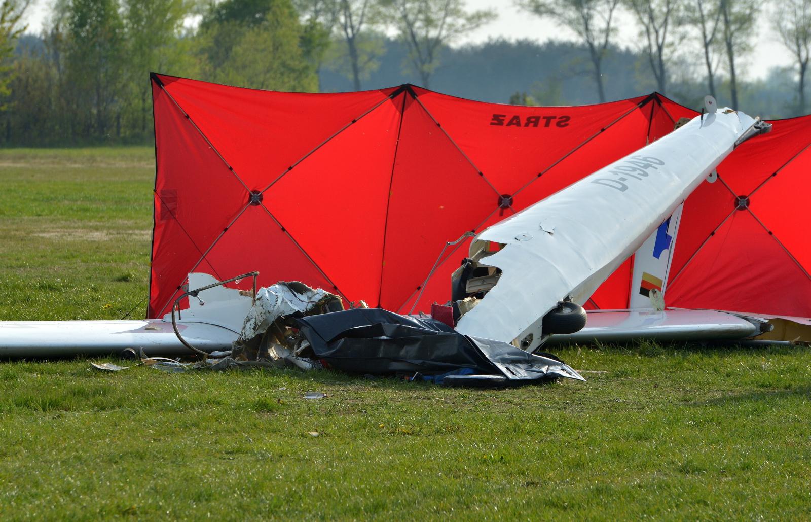 Szybowiec pilotowany przez 21-letniego mężczyznę spadł w pobliżu lotniska Aeroklubu Ziemi Jarosławskiej w miejscowości Laszki. Pilot zginął na miejscu. Fot. PAP/Darek Delmanowicz