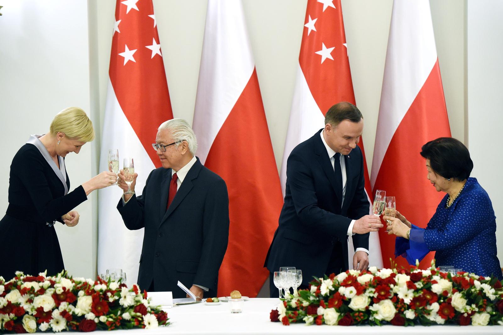 Prezydent Andrzej Duda z małżonką Agatą Kornhauser-Dudą oraz prezydent Singapuru Tony Tan Keng Yam z małżonką Mary Chee Bee Kiang podczas oficjalnego obiadu wydanego na cześć singapurskiej pary prezydenckiej w Pałacu Prezydenckim w Warszawie.