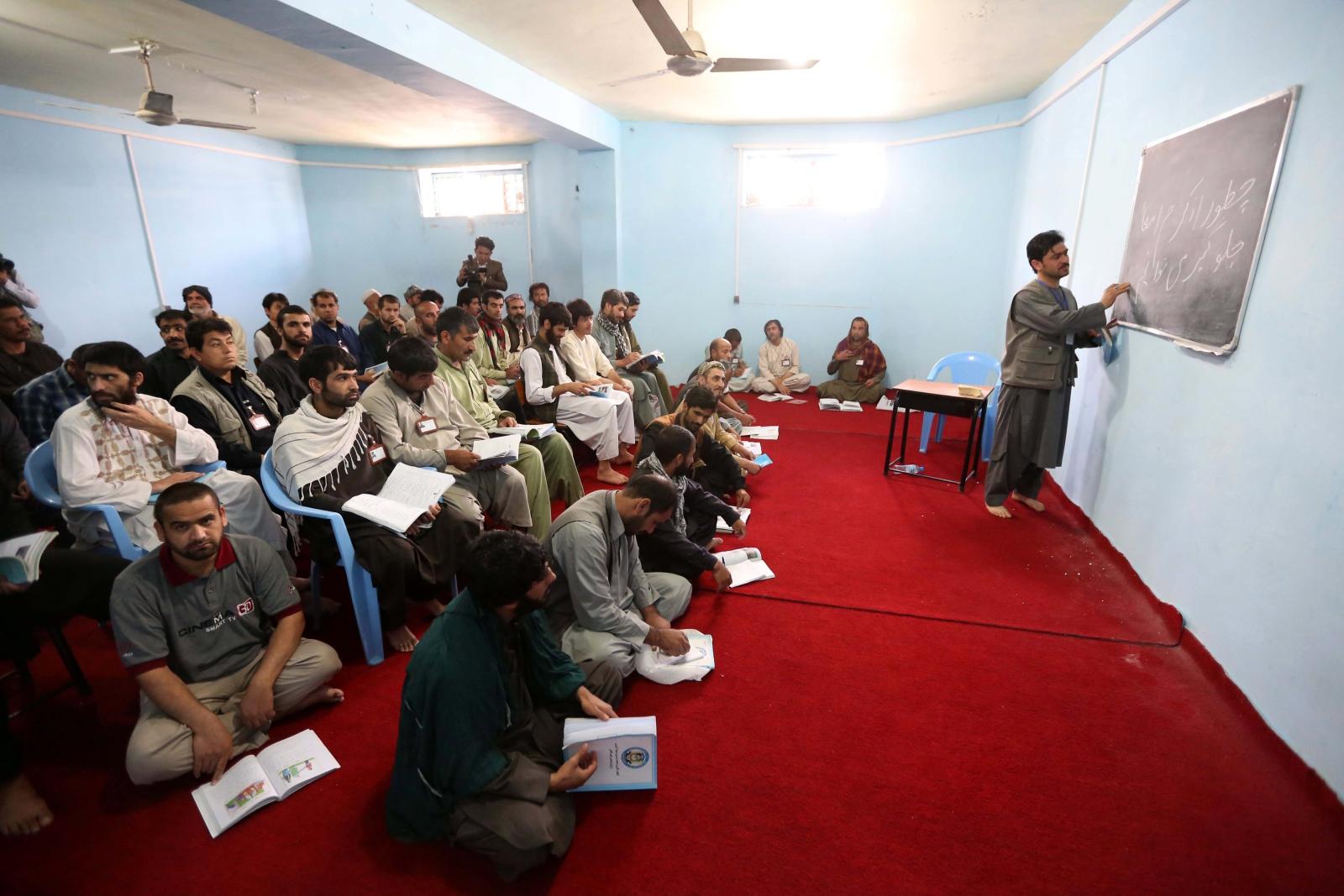 Nauka w afgańskim więzieniu Herat. Międzynarodowe organizacje zajmujące się prawami człowieka wzywają rząd afgański do udzielania więźniom pomocy prawnej, umiejętności pisania i wykształcenia oraz kształcenia zawodowego w więzieniach, które umożliwiłyby im zdobycie umiejętności marketingowych. Fot. PAP/EPA/JALIL REZAYEE
