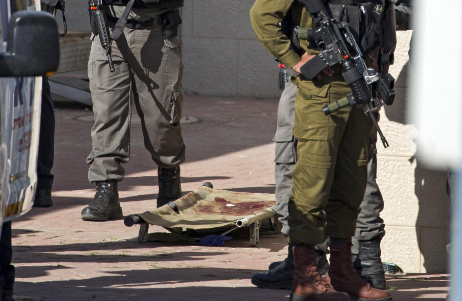 Izraelska straż na miejscu podejrzanego ataku, w punkcie kontrolnym Hizma na północ od Jerozolimy. Fot. PAP/EPA/ATEF SAFADI