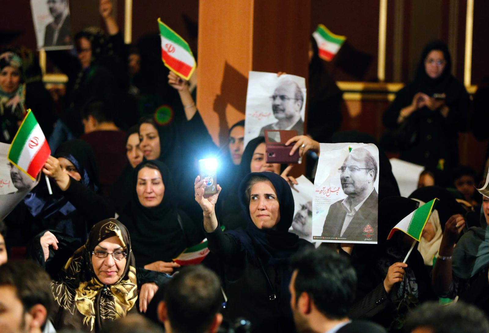 Kampanie wyborcza w Iranie. Zwolennicy irańskiej kandydatury na prezydenta Mohamad Bagher Ghalibaf pokazują obrazy przedstawiające go podczas rajdu kampanii wyborczej w Teheranie w Iranie. 19 maja br. odbędą się tam wybory. Fot. PAP/EPA/ABEDIN TAHERKENAREH