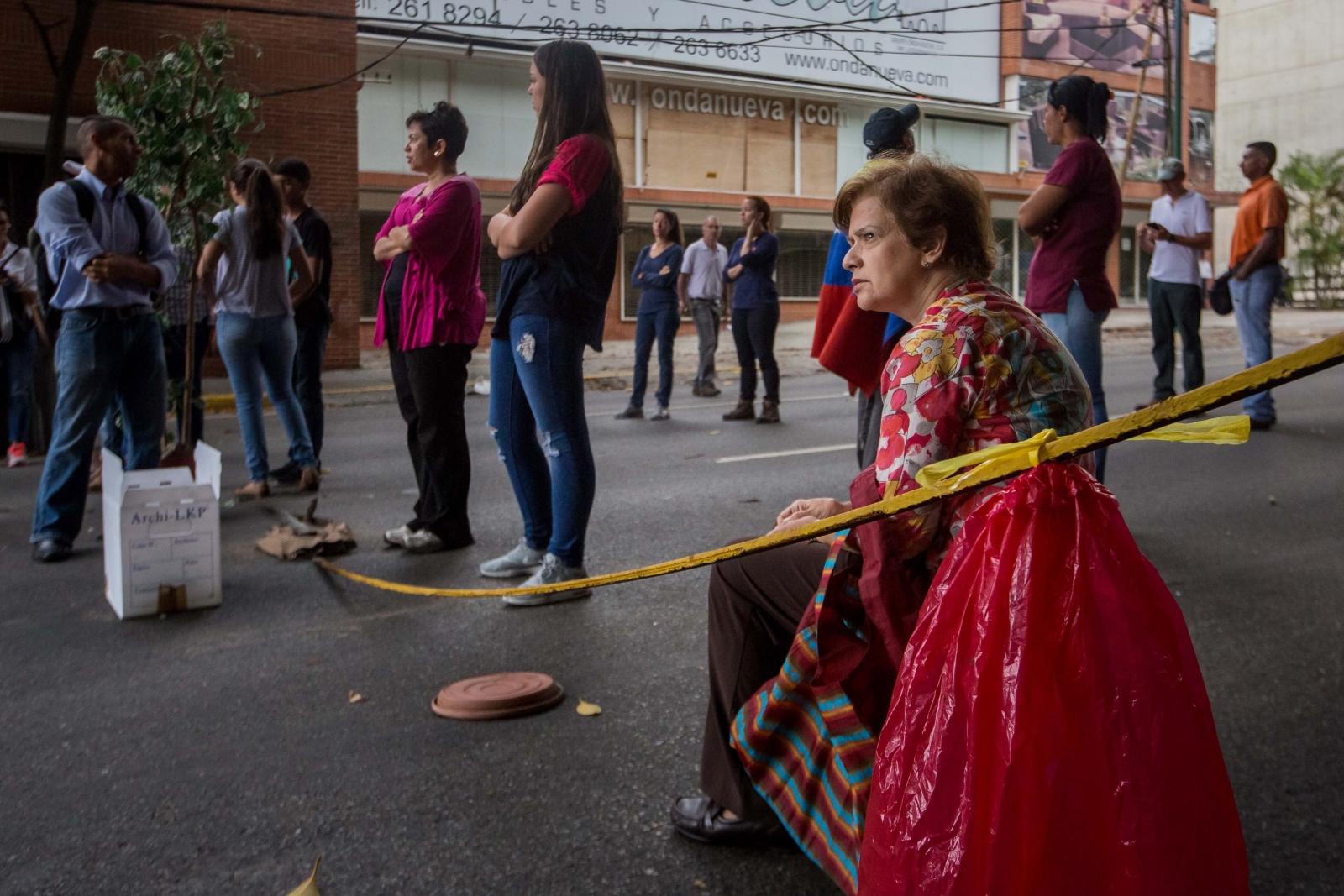 Setki demonstrantów blokują drogi i aleje w Caracas i kilka innych miast na terenie całego kraju, aby protestować przeciwko wezwaniu prezydenta Wenezueli Nicolasa Maduro do wyboru Krajowego Zgromadzenia Ustawodawczego. Wenezuela. Fot. PAP/EPA/MIGUEL GUTIERREZ