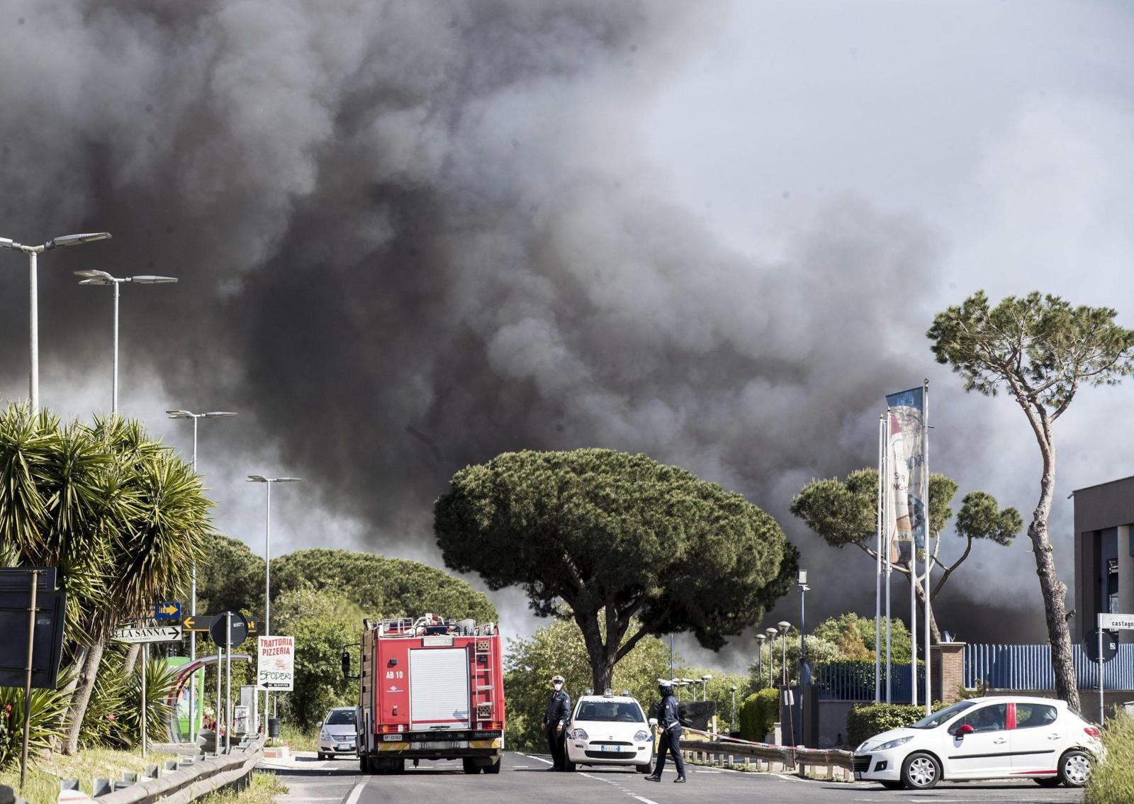 Pożar w Pomezii we Włoszech. Fot. PAP/EPA/MASSIMO PERCOSSI