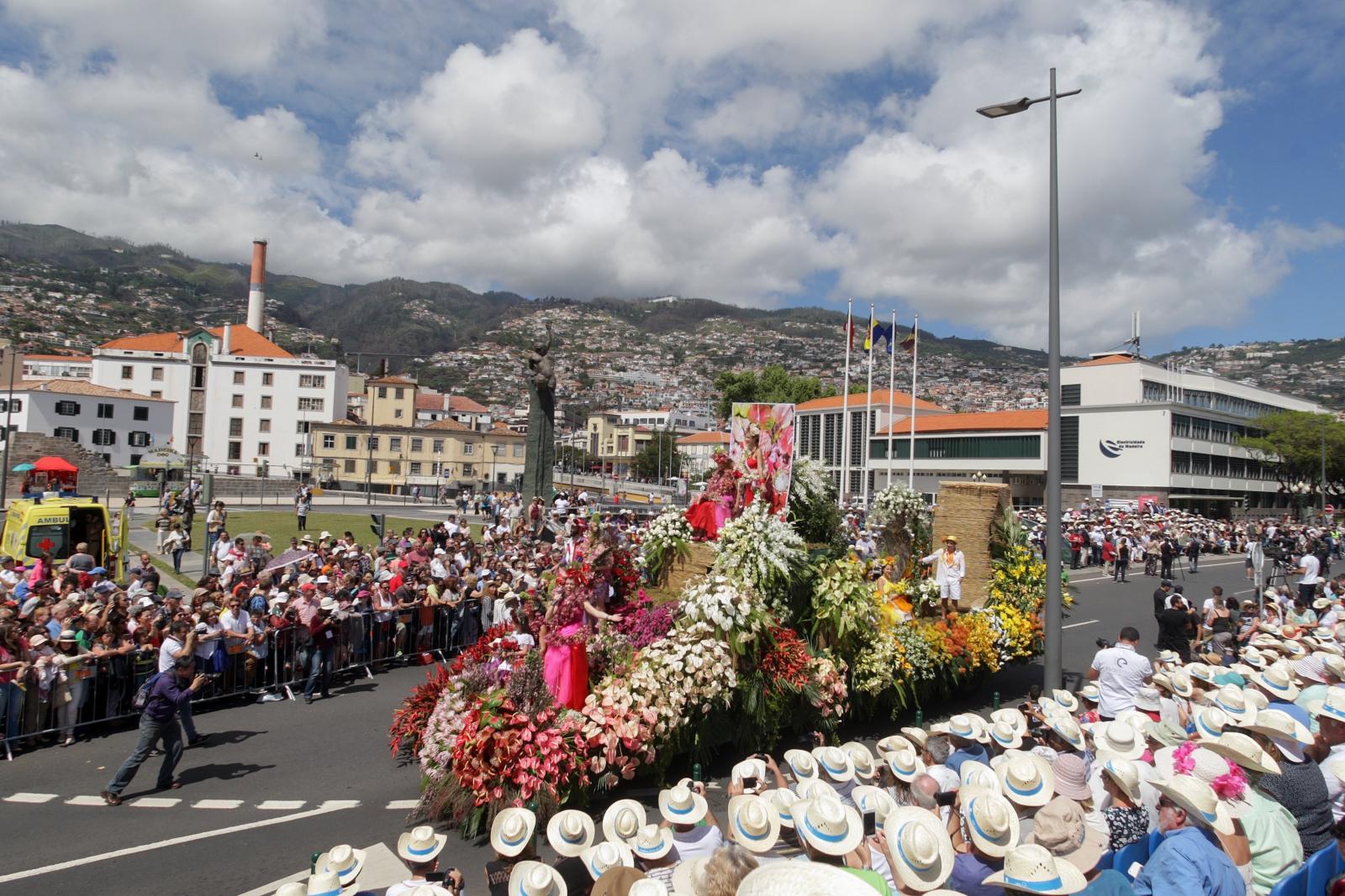 Ludzie uczestniczą w Paradzie Kwiatów  na Maderze, Portugalia.
